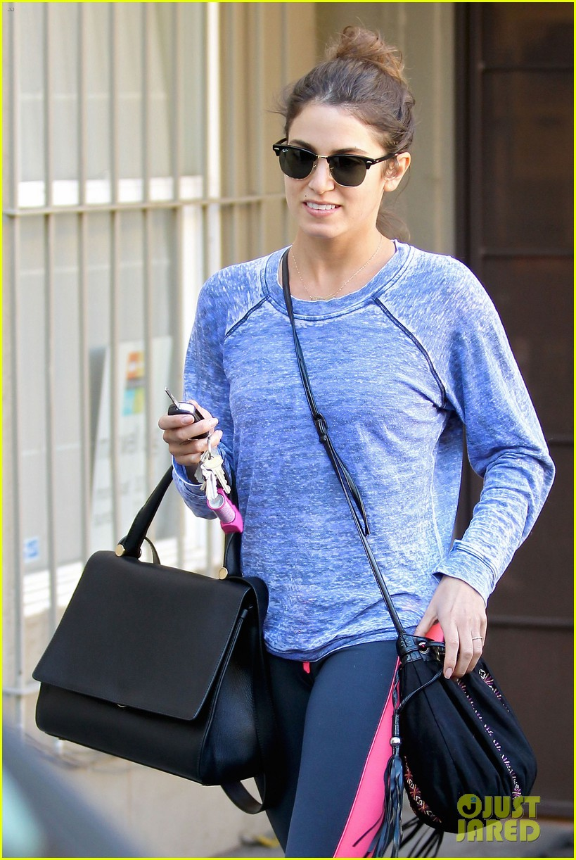nikki reed pet store stop before nyc trip 03