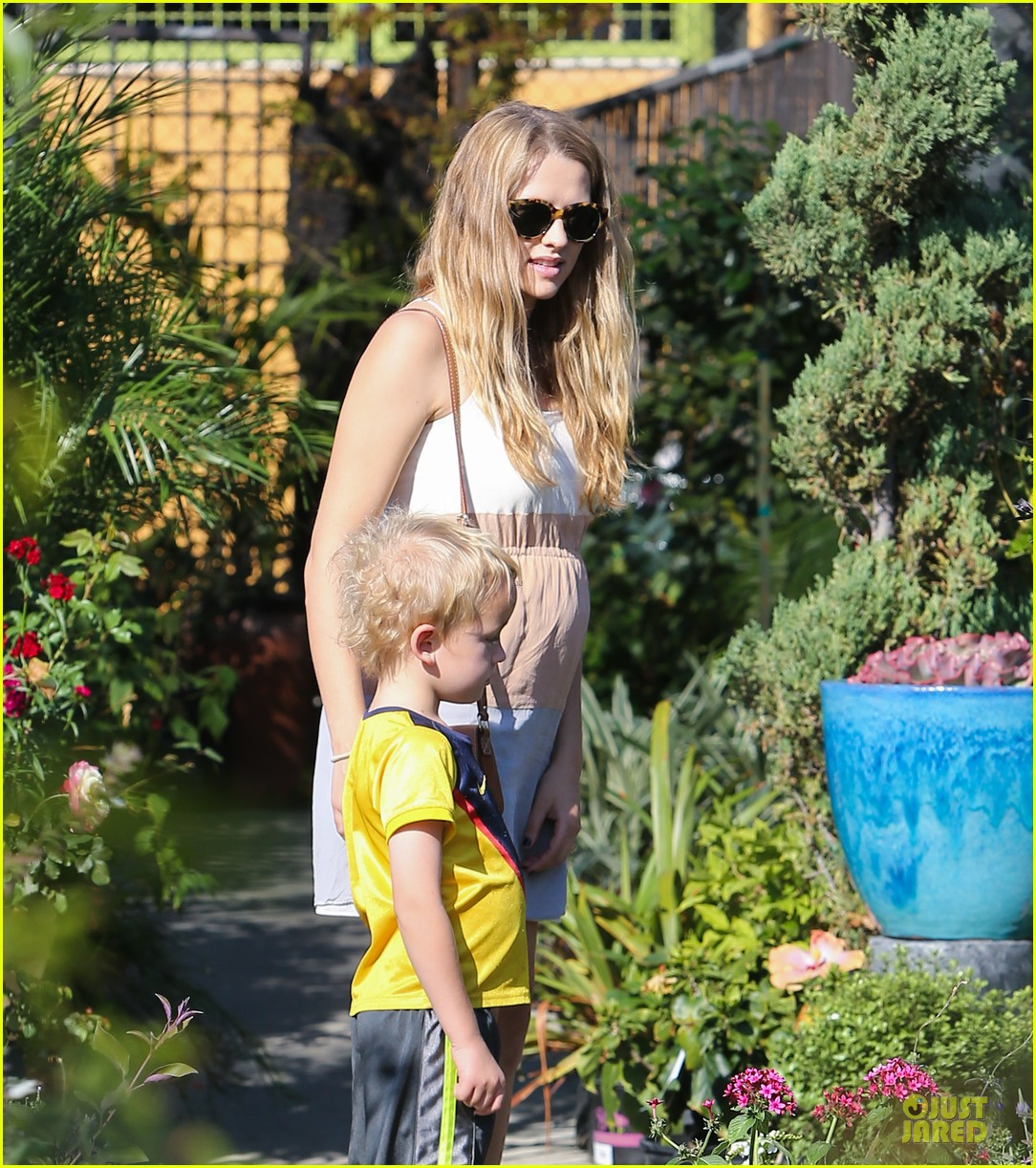 teresa palmer glowing lunch with nephew 082989274