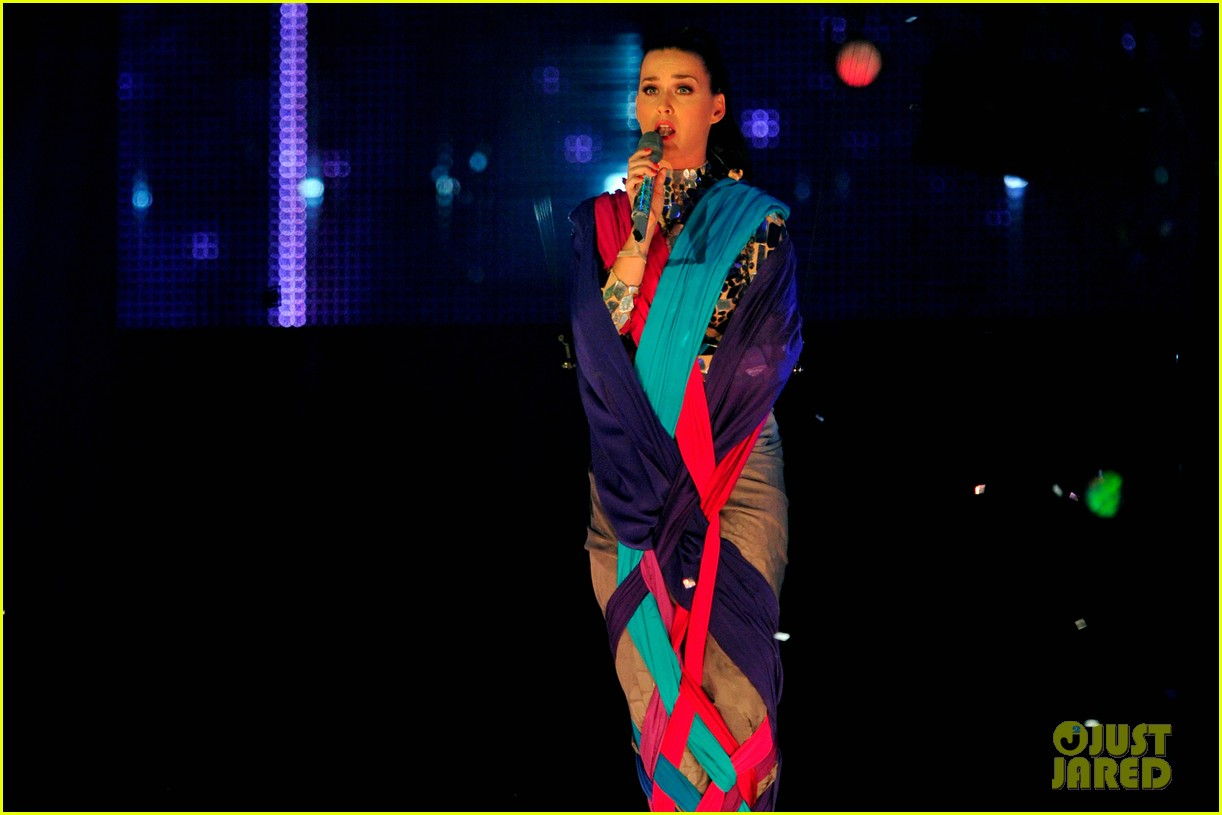 katy perry performs unconditionally at mtv ema 2013 video 04