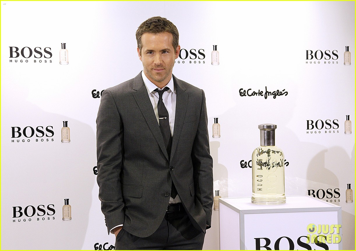 ryan reynolds lets fans feel him up at boss bottled event 083000837