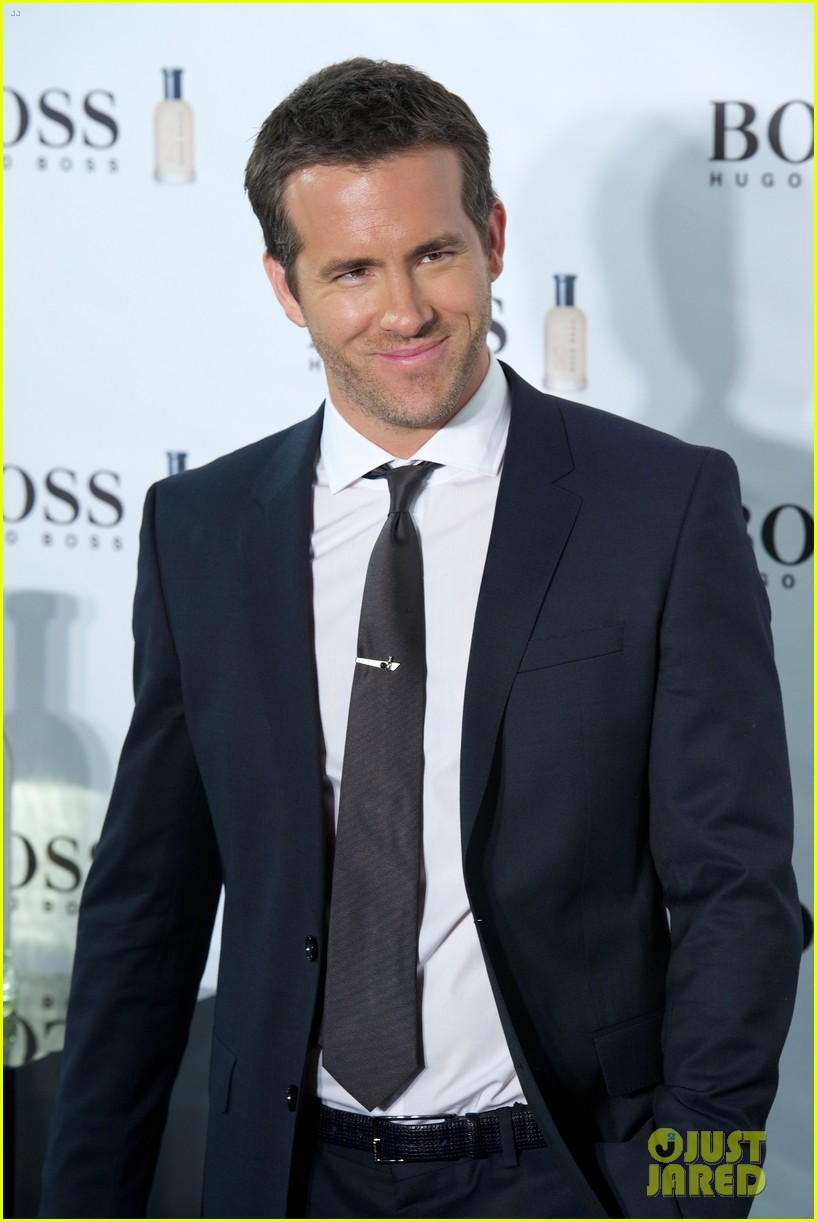 ryan reynolds wears suit tie sexy smile for boss event 03