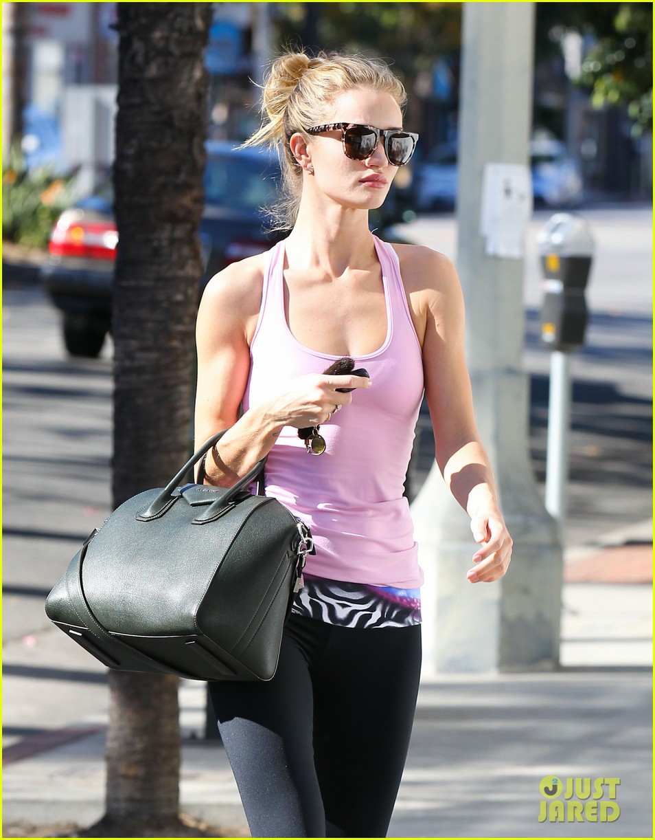 rosie huntington whiteley thanks jessica alba for flowers 022992709