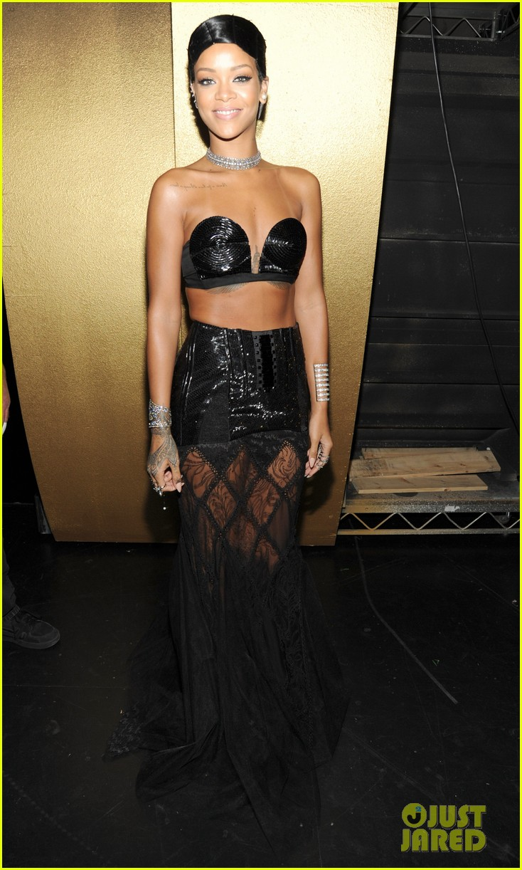 rihanna amas 2013 backstage appearance after win 02