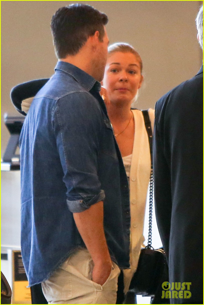 leann rimes eddie sibrian hold hands at lax 022993253
