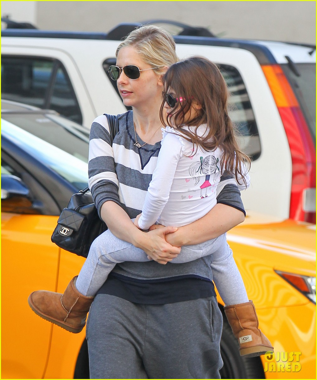 sarah michelle gellar stops at starbucks on thanksgiving 033002160