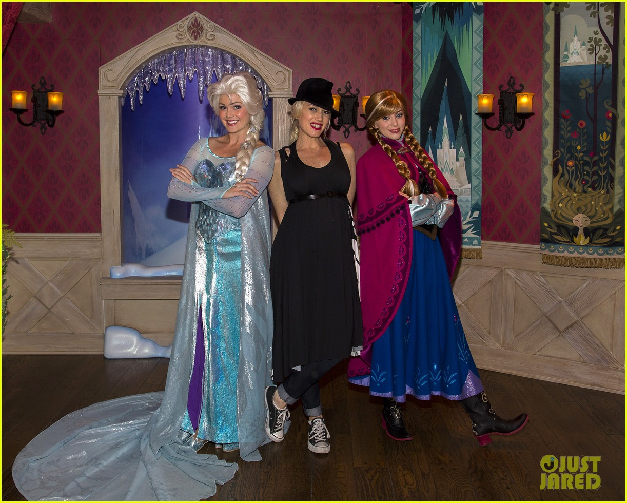 gwen stefani meets frozen characters at disneyland 01