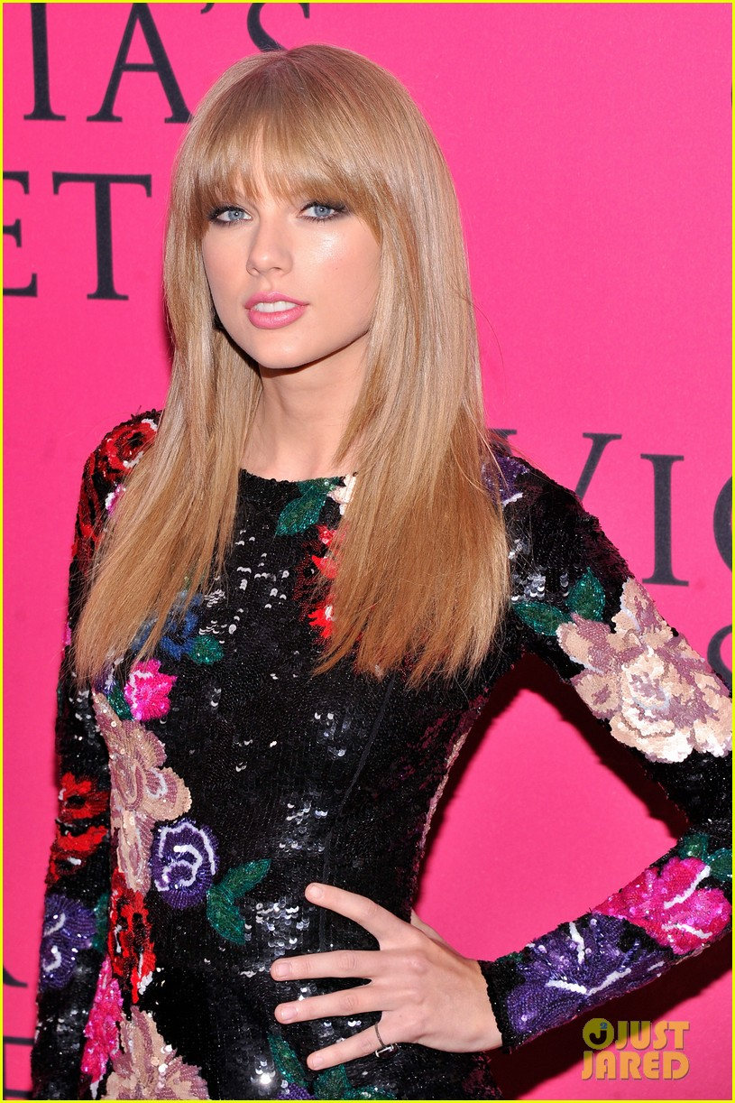 taylor swift victorias secret fashion show 2013 pink carpet 04
