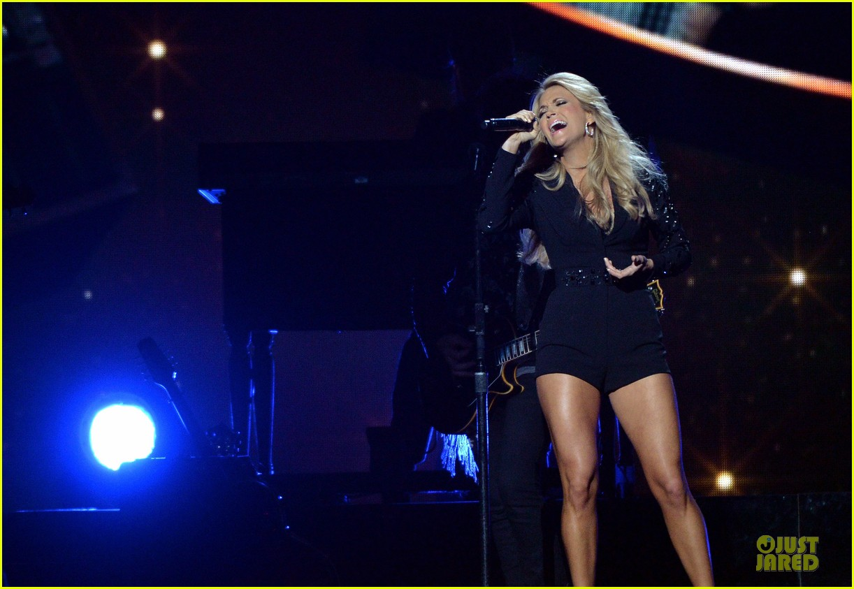 carrie underwood medley performance at cmas 2013 watch now 15