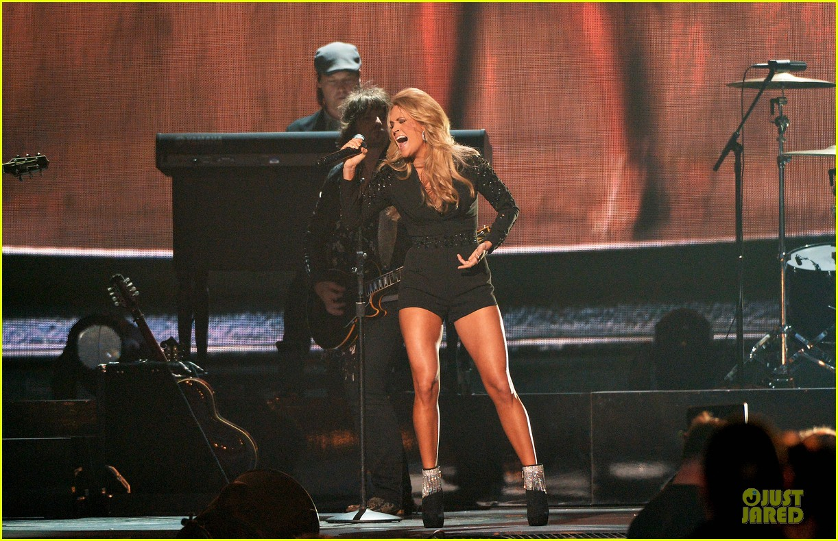 carrie underwood medley performance at cmas 2013 watch now 16