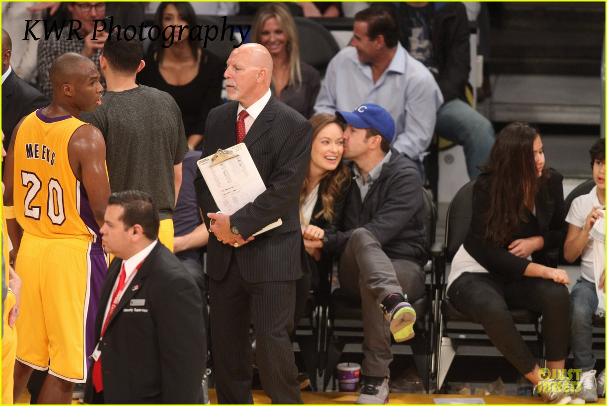 olivia wilde jason sudeikis kissing at lakers game 03
