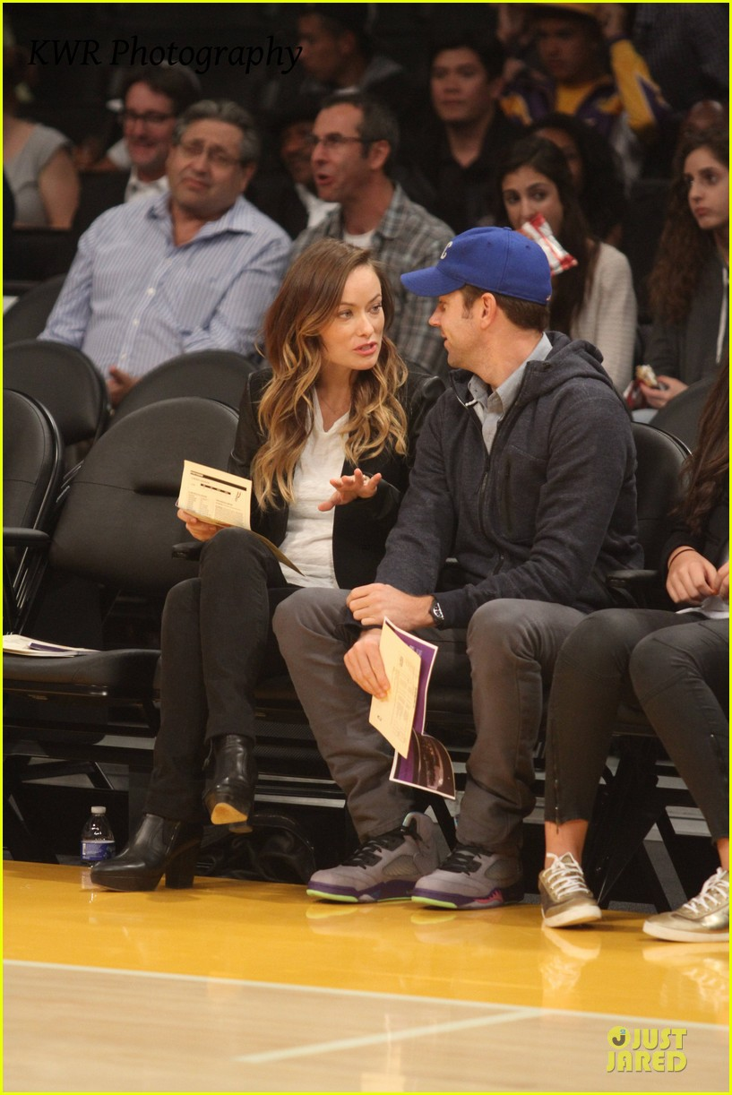 olivia wilde jason sudeikis kissing at lakers game 09