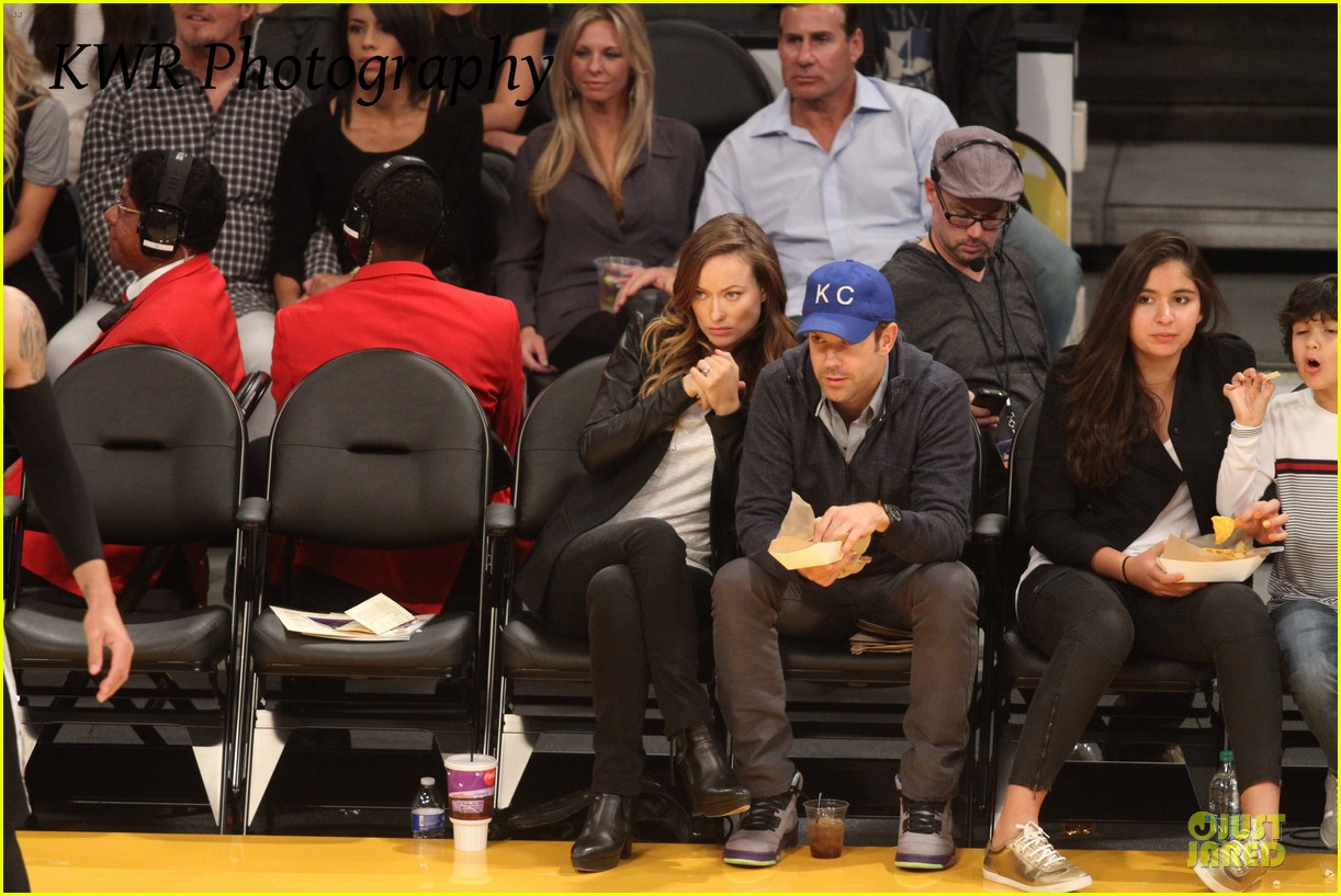 olivia wilde jason sudeikis kissing at lakers game 10