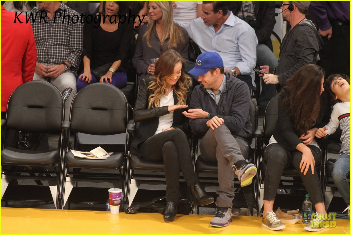 olivia wilde jason sudeikis kissing at lakers game 13