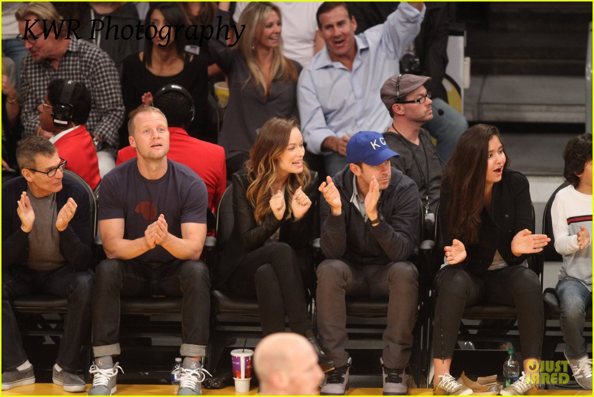 olivia wilde jason sudeikis kissing at lakers game 14