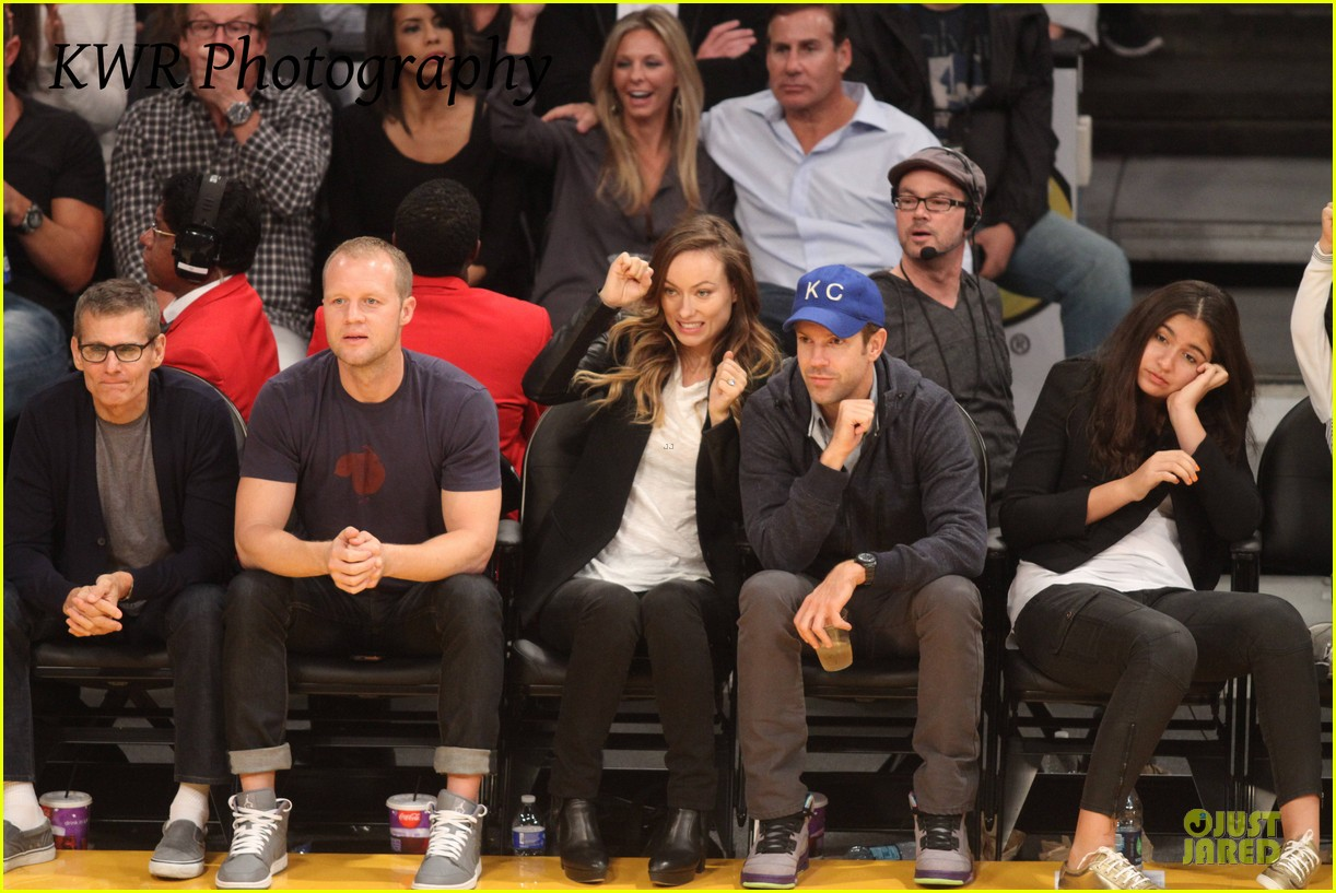 olivia wilde jason sudeikis kissing at lakers game 19