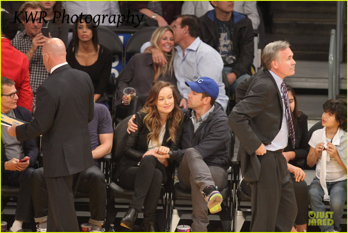 olivia wilde jason sudeikis kissing at lakers game 27