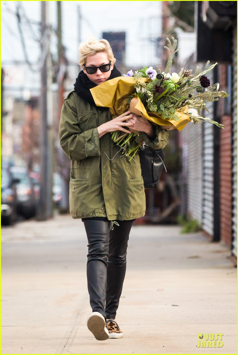 michelle williams brightens weekend with flowers 01