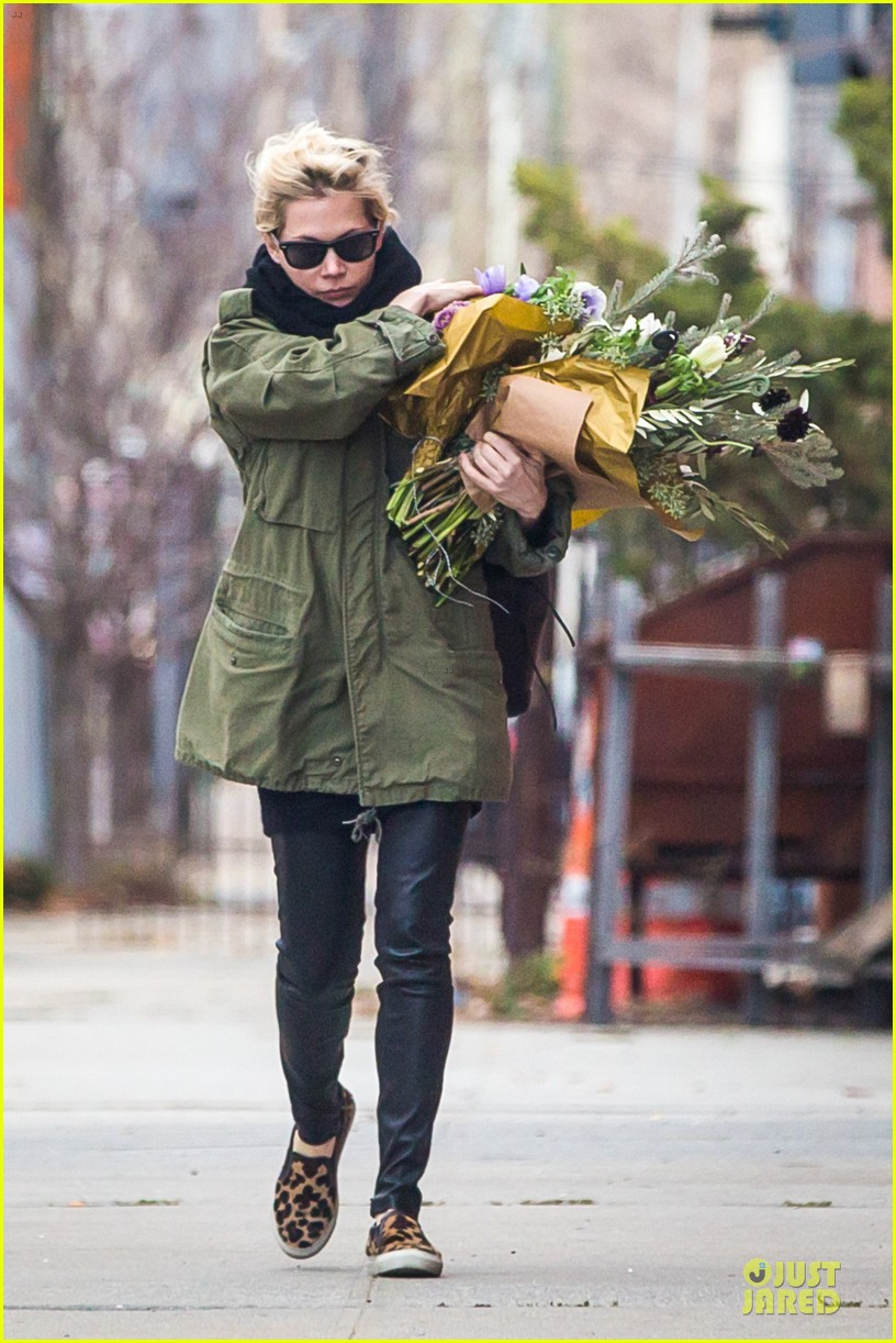 michelle williams brightens weekend with flowers 04