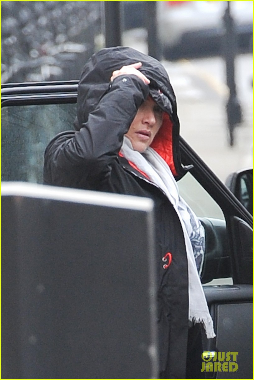 pregnant kate winslet plays peek a boo with her hood 11