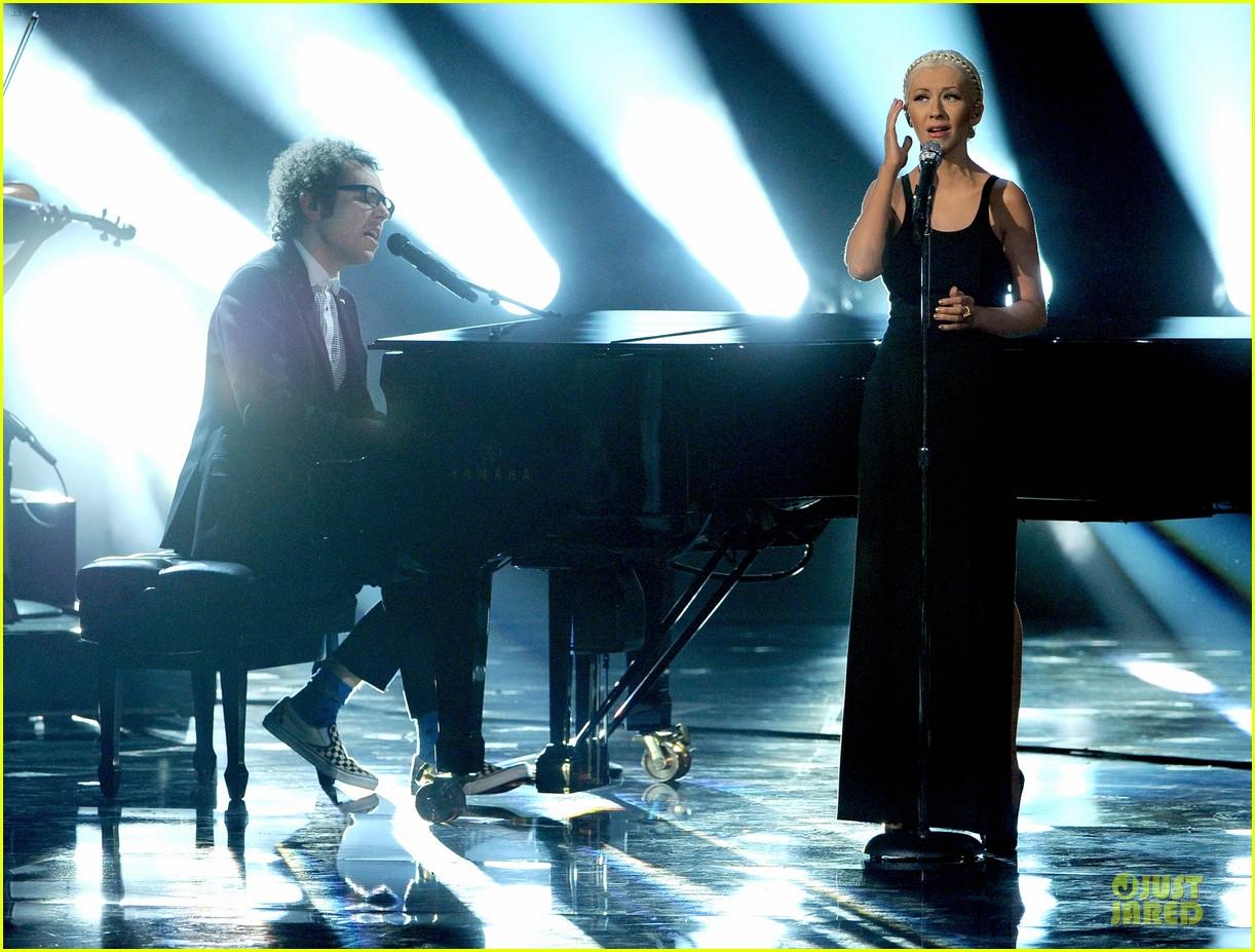 Aguilera en los American Music - Página 3 Christina-aguilera-great-big-world-say-something-amas-2013-performance-video-01