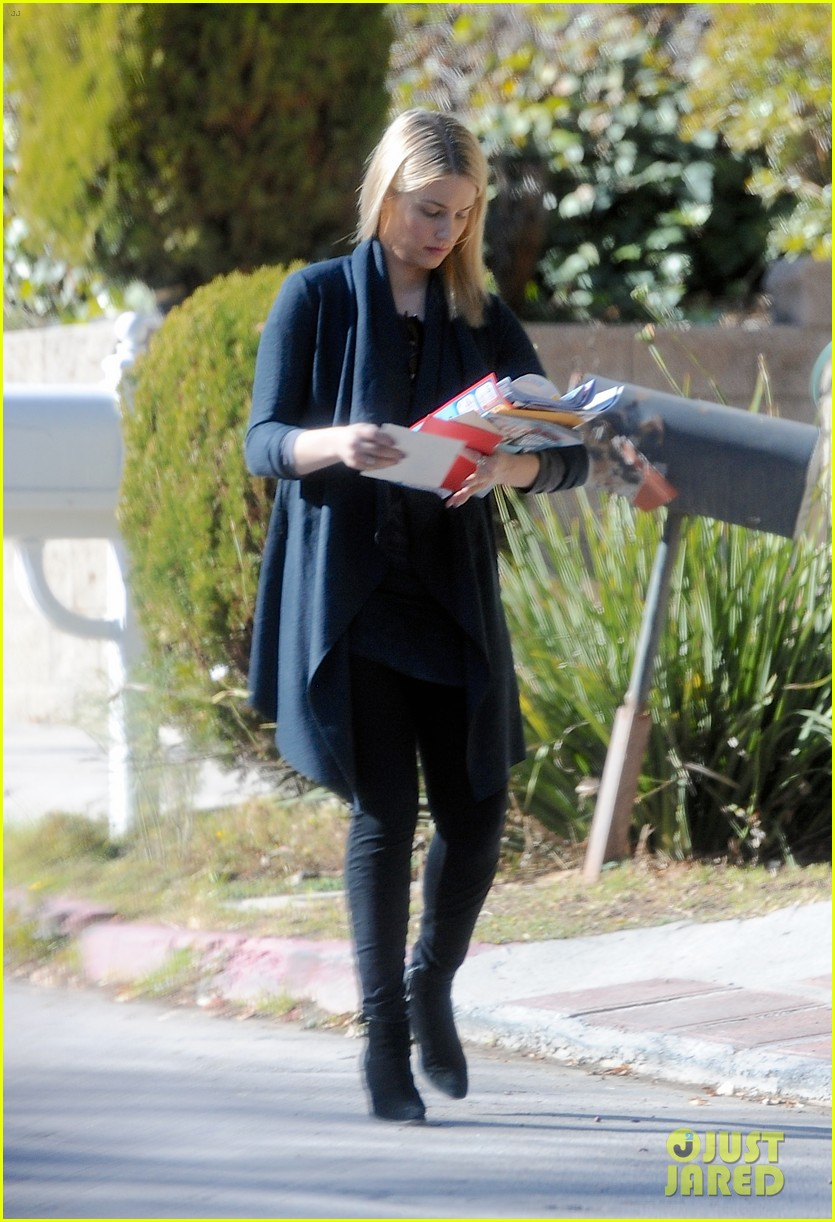dianna agron recycles her mail after celebrating christmas 02