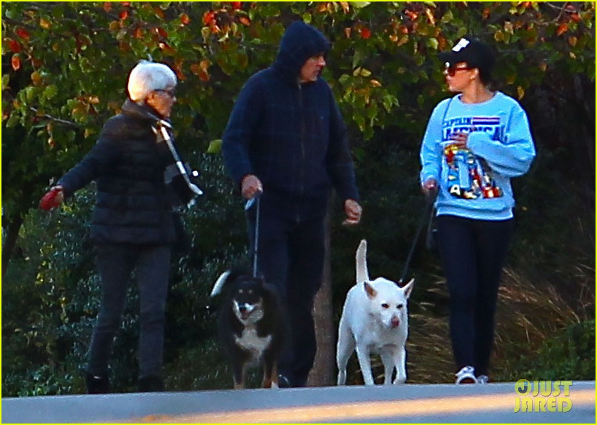 amanda bynes saturday stroll with parents pups 05