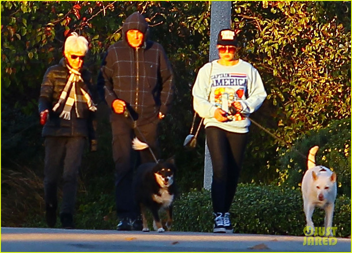 amanda bynes saturday stroll with parents pups 06
