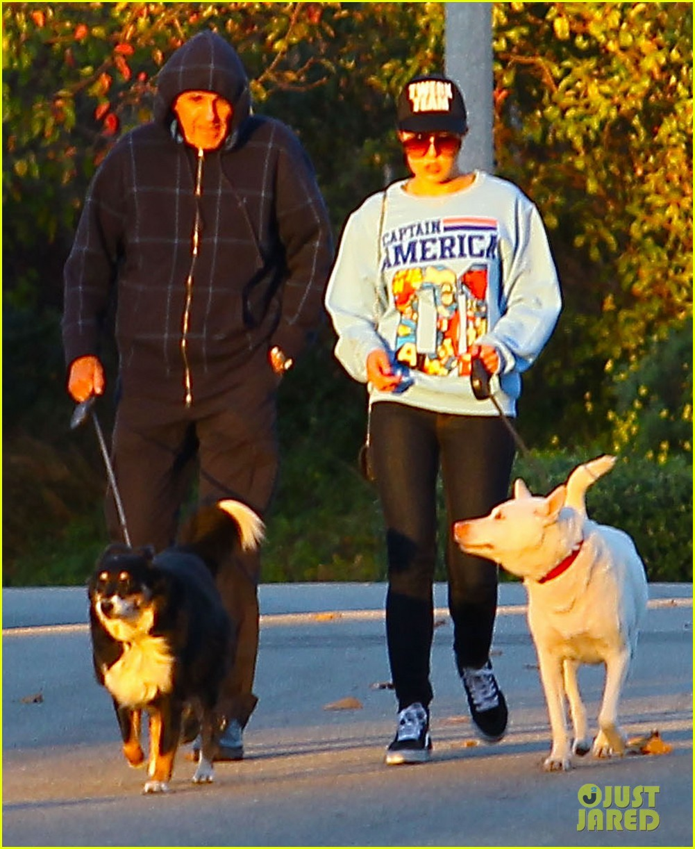 amanda bynes saturday stroll with parents pups 09