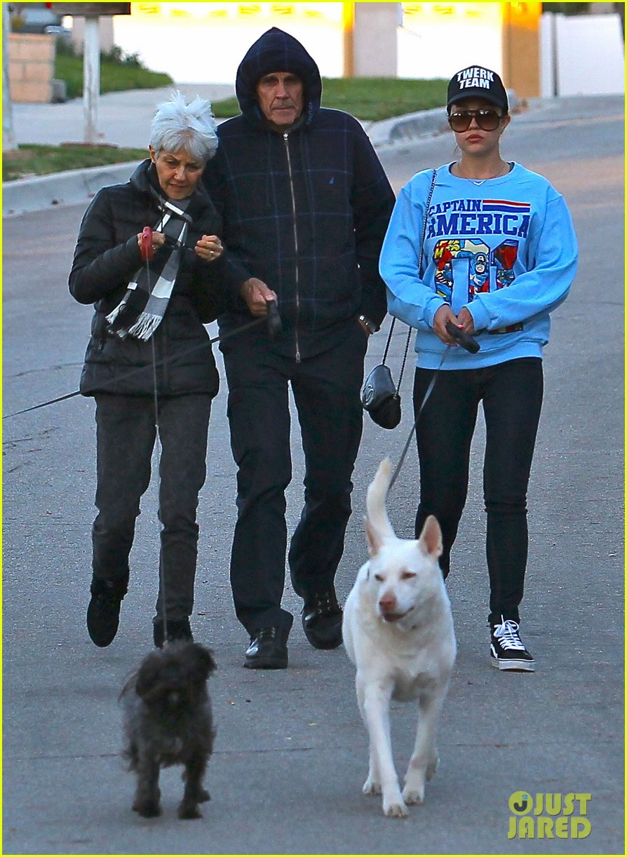 amanda bynes saturday stroll with parents pups 14