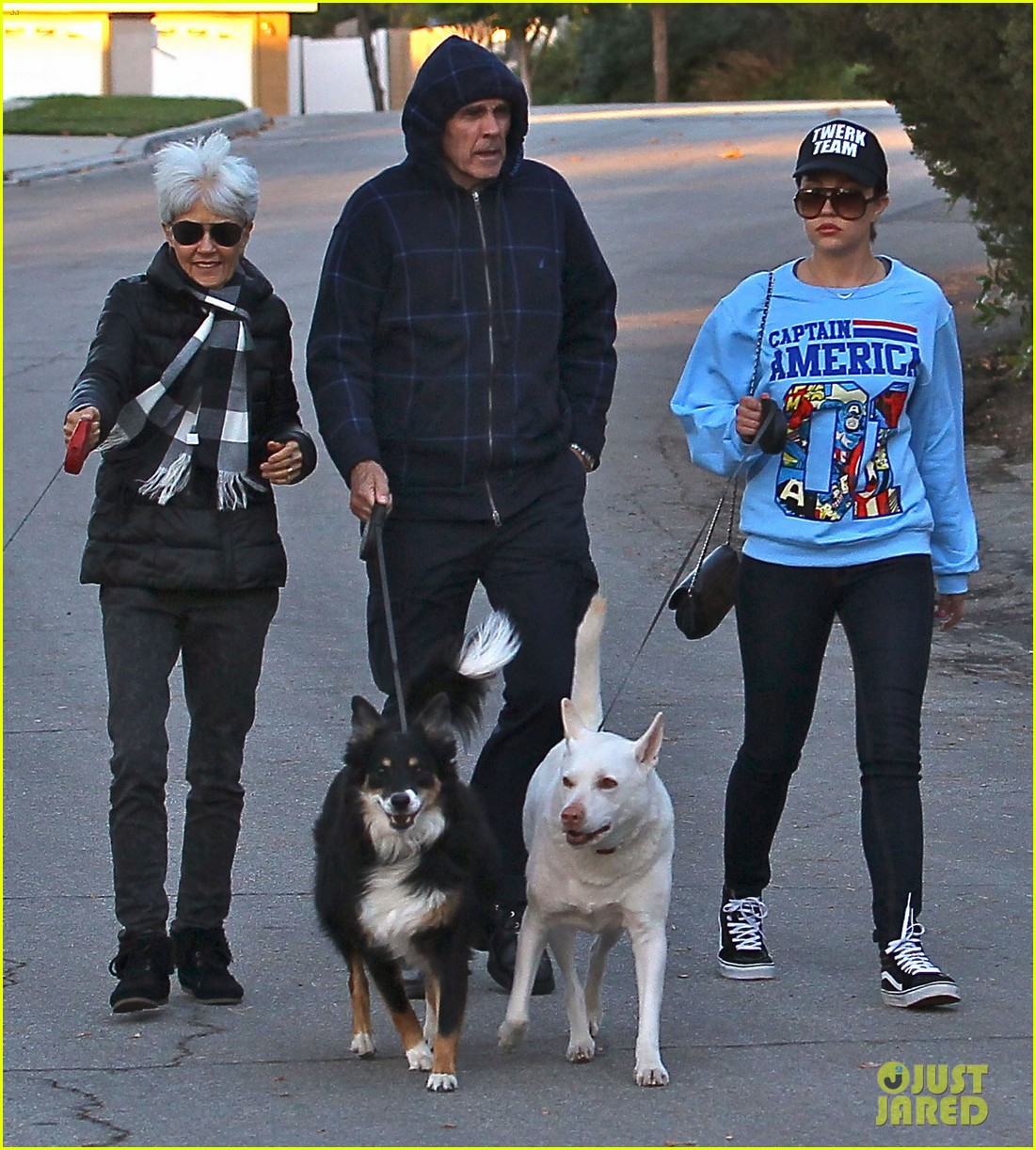 amanda bynes saturday stroll with parents pups 163007596