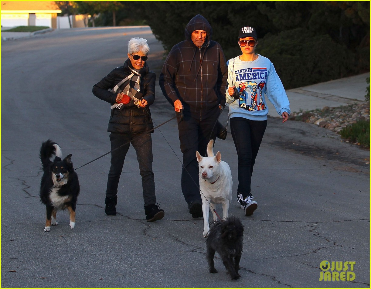 amanda bynes saturday stroll with parents pups 17