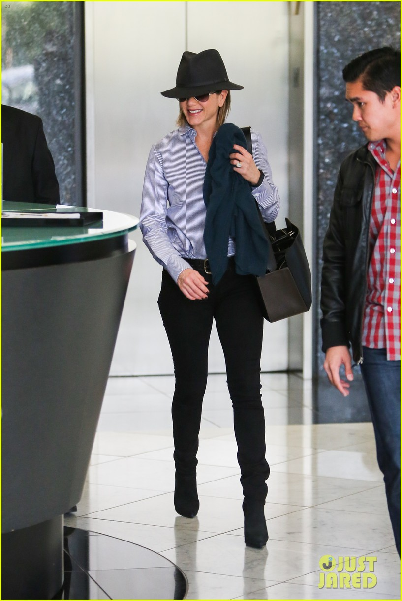 jennifer aniston visits skin care clinic after christmas shopping 08