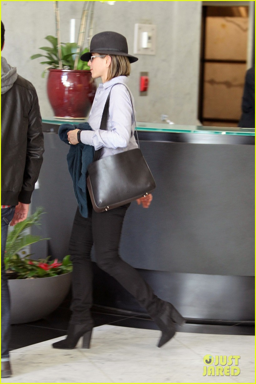 jennifer aniston visits skin care clinic after christmas shopping 163006564