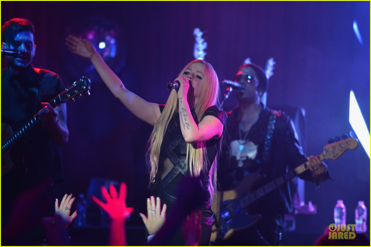 avril lavigne q102 jingle ball 2013 performer 12