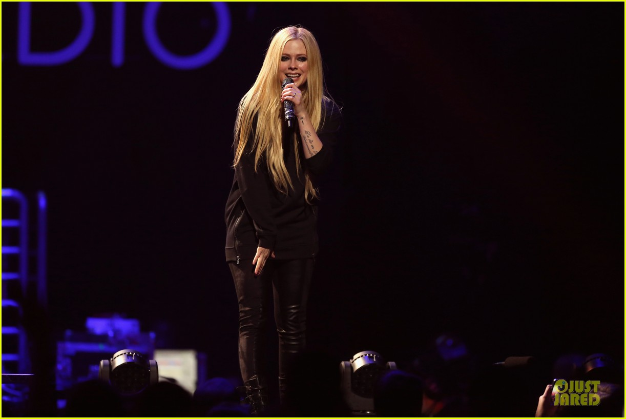 avril lavigne q102 jingle ball 2013 performer 19