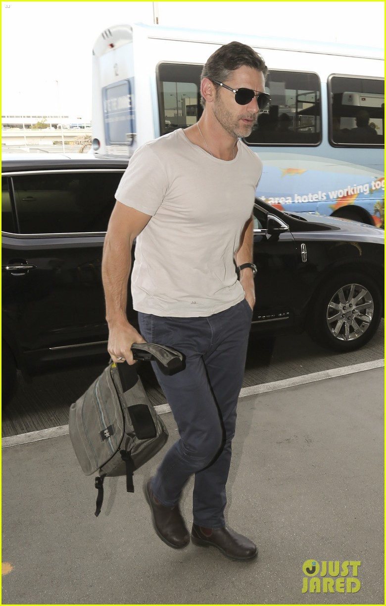eric bana looks super buff while flying out of los angeles 03