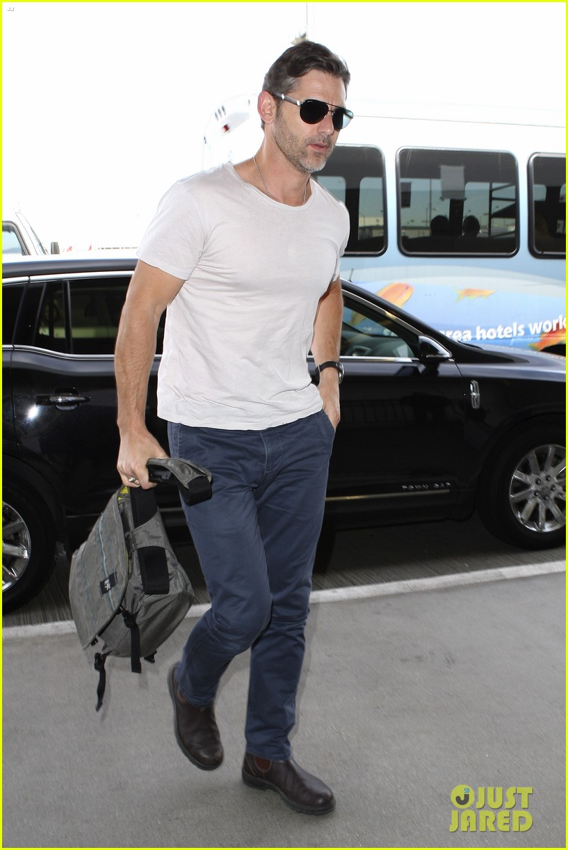 eric bana looks super buff while flying out of los angeles 08