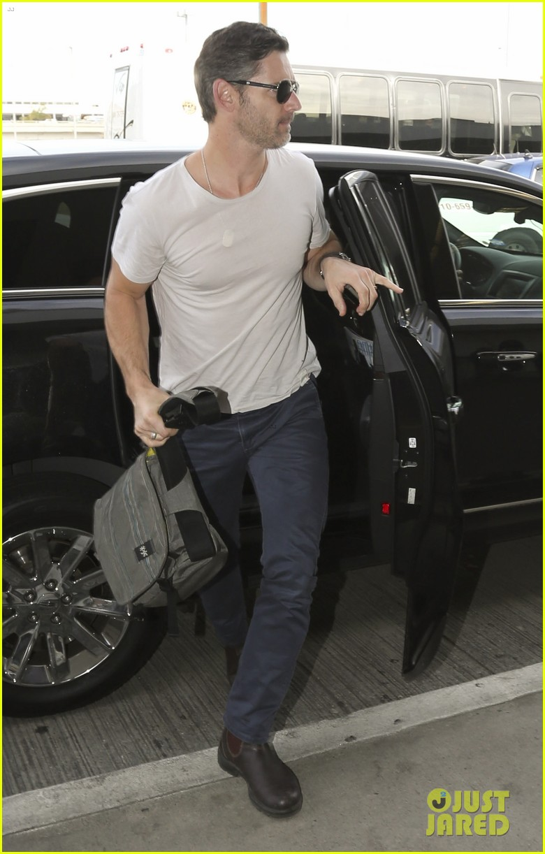 eric bana looks super buff while flying out of los angeles 123003563