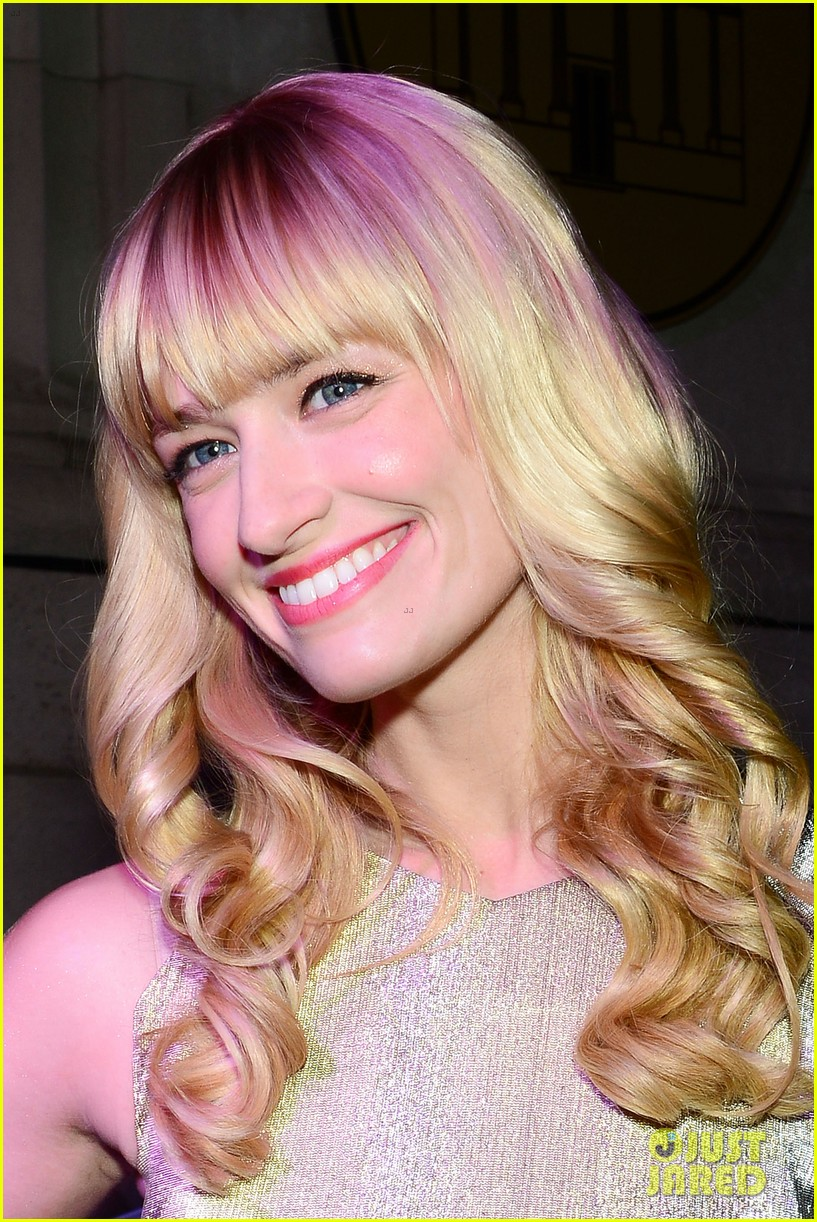 2 broke girls beth behrs celebrates style in philadelphia 04