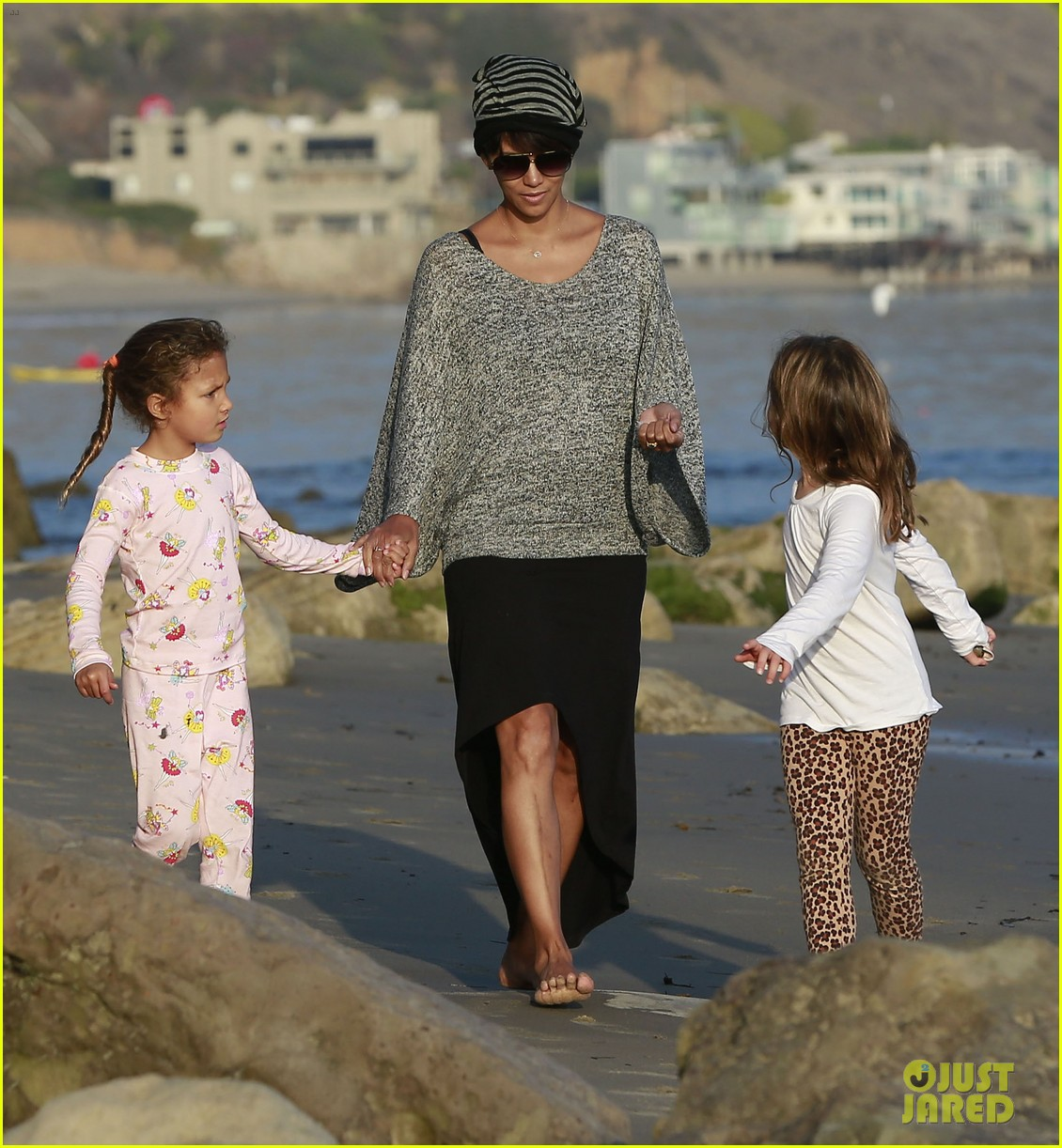 halle berry strolls the beach with nahla friends 16
