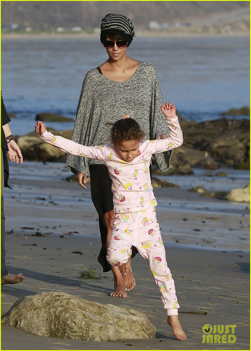 halle berry strolls the beach with nahla friends 17