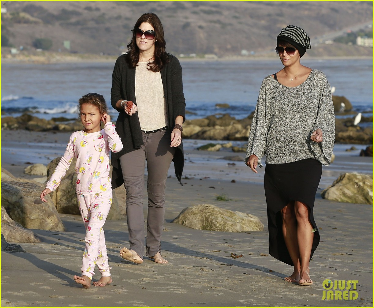 halle berry strolls the beach with nahla friends 193016075