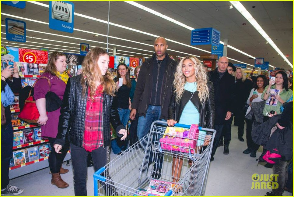 beyonce surprise shopping trip to walmart 013015682