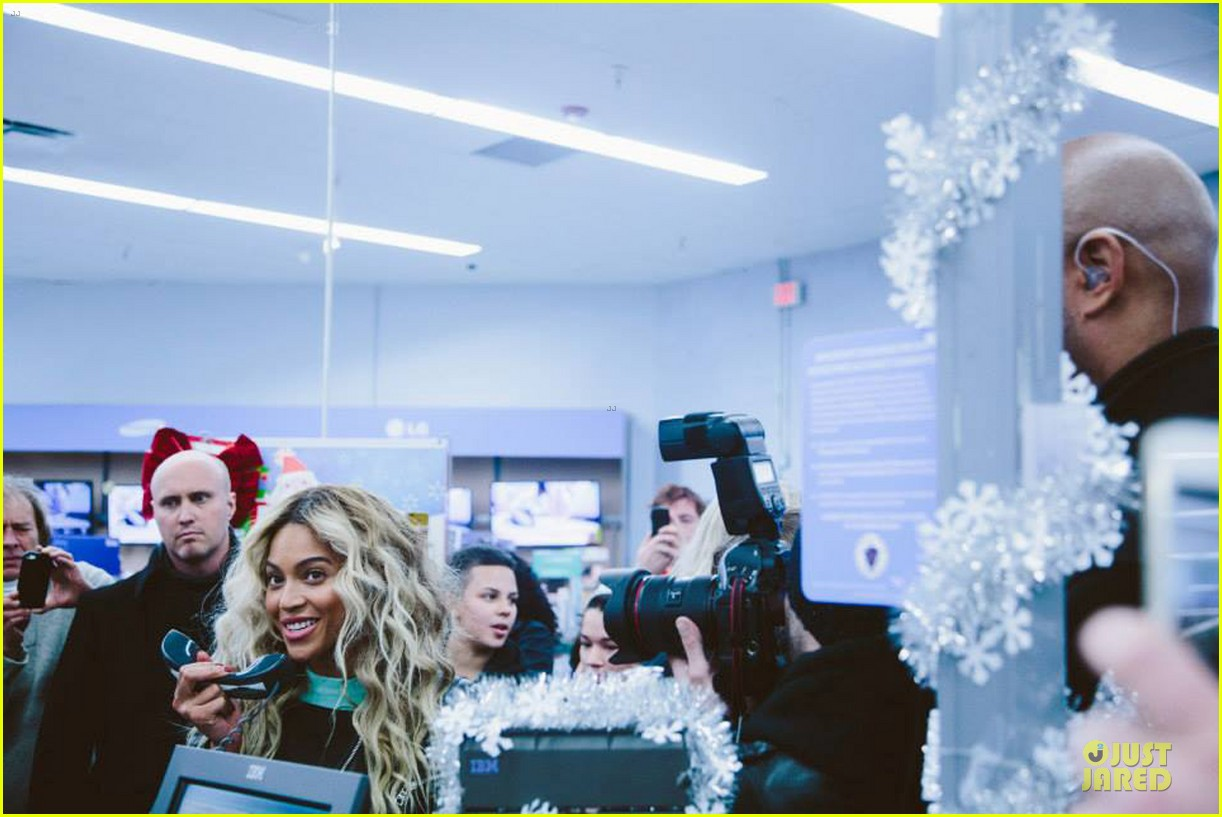 beyonce surprise shopping trip to walmart 113015692
