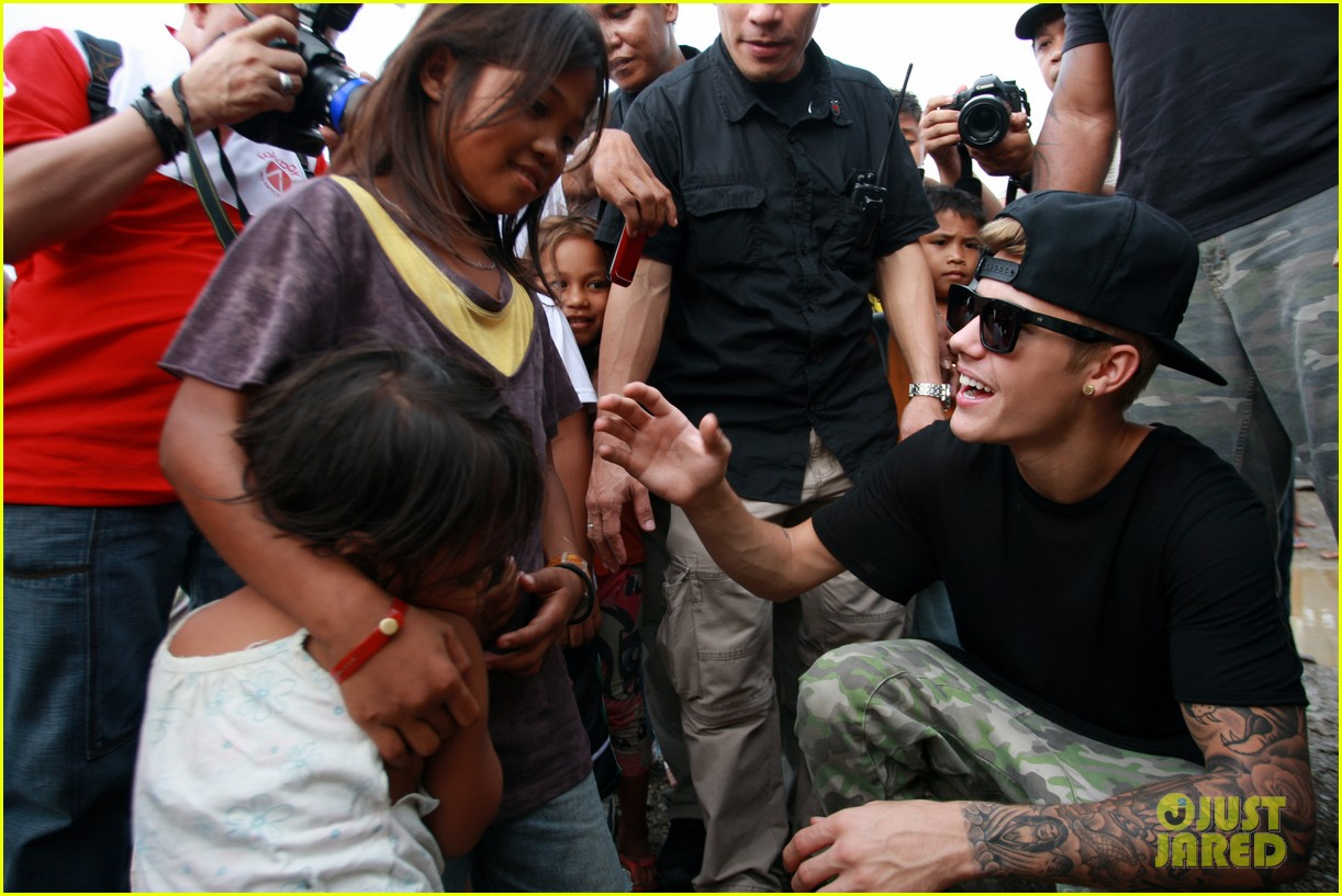 justin bieber meets phillippenes typhoon victims 07