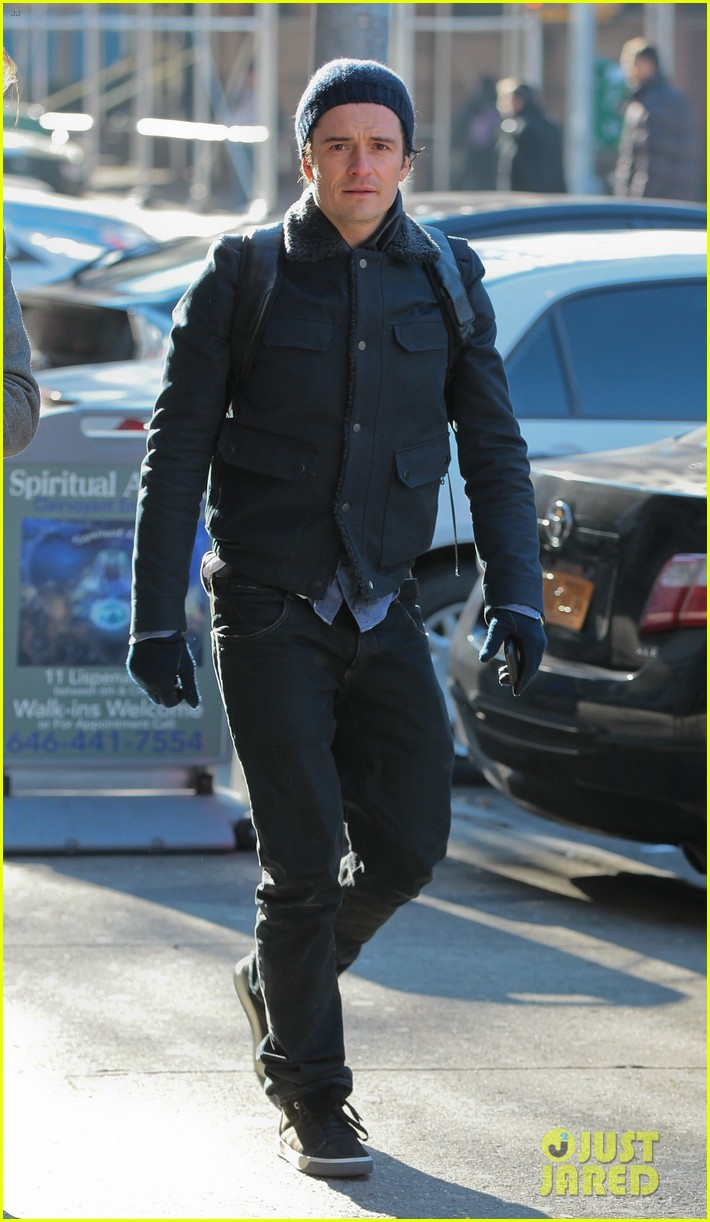 orlando bloom steps out after guys night with leo dicaprio 013010833