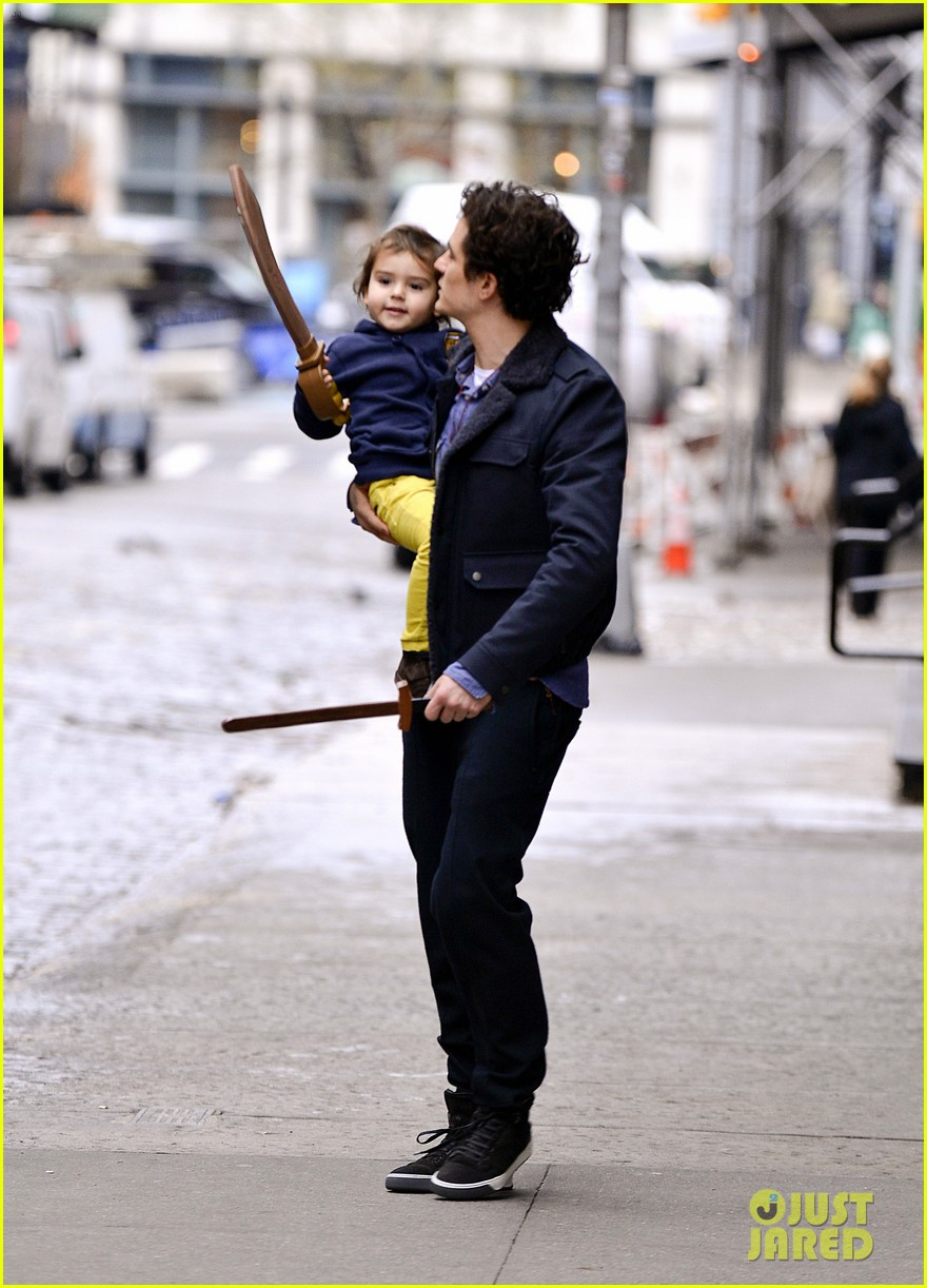 orlando bloom flynn play with toy swords in the big apple 02