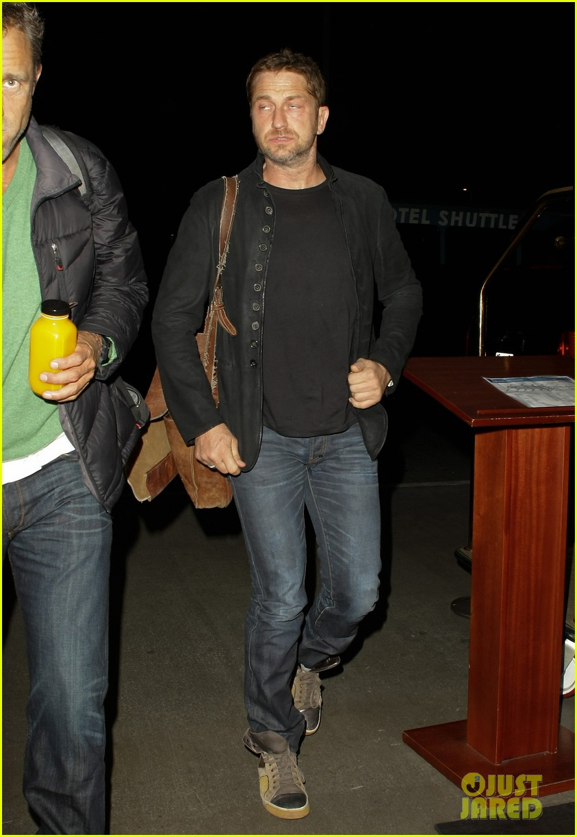 gerard butler catches flight out of lax 04