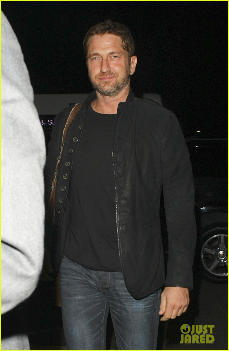 gerard butler catches flight out of lax 06