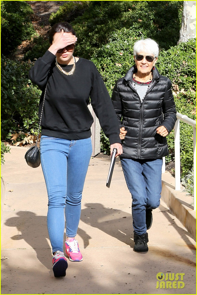 amanda bynes visits medical center after rehab release 103006495